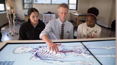 professor cannon demonstrating 3-d x-ray machine to students