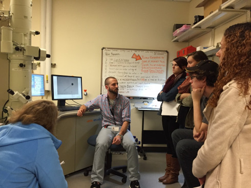 Alum Garry Cuneo helps Phage Hunters take electon microscope pictures of their mycobacteriophage.